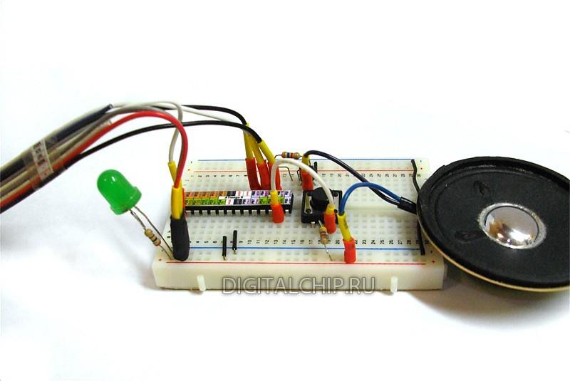 Одноголосный музыкальный звонок с подключенным питанием и программатором