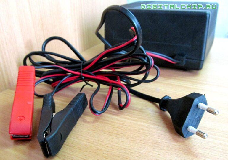 Зарядное устройство для стартерных батарей Compact 2500. Вид сзади.