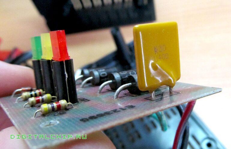 Зарядное устройство для стартерных батарей Compact 2500. Самовосстанавливающийся предохранитель.