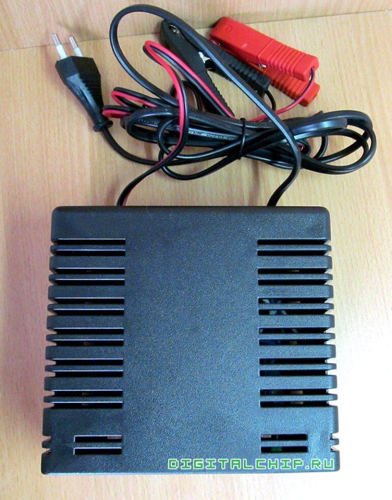 Зарядное устройство для стартерных батарей Compact 2500. Щели вентиляции.